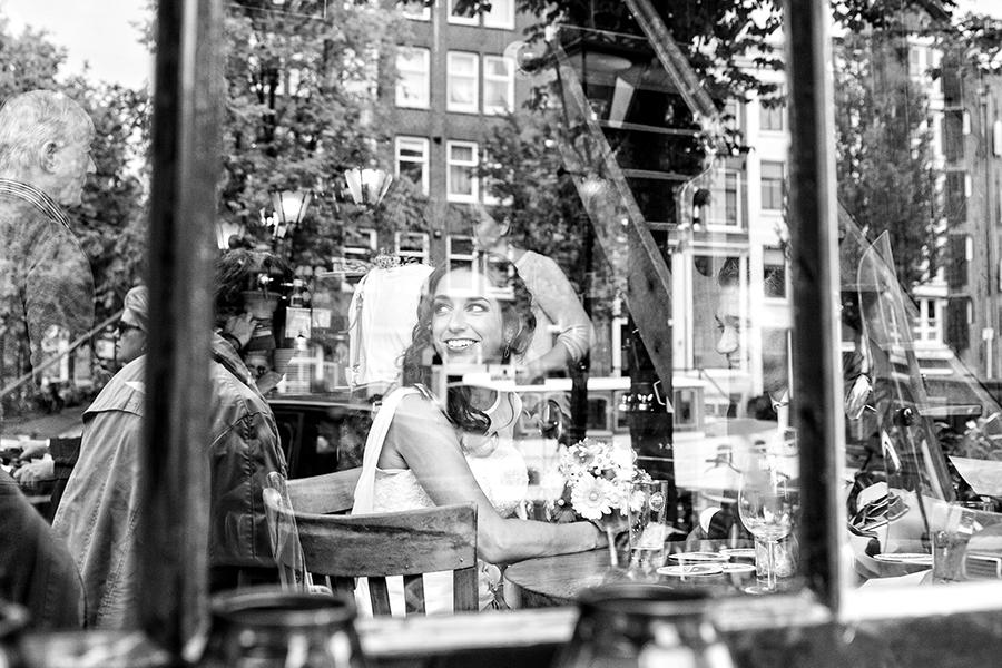 _B8A9354-bruiloft-fotograaf-selma van der bijl-cafe-papeneiland-amsterdam