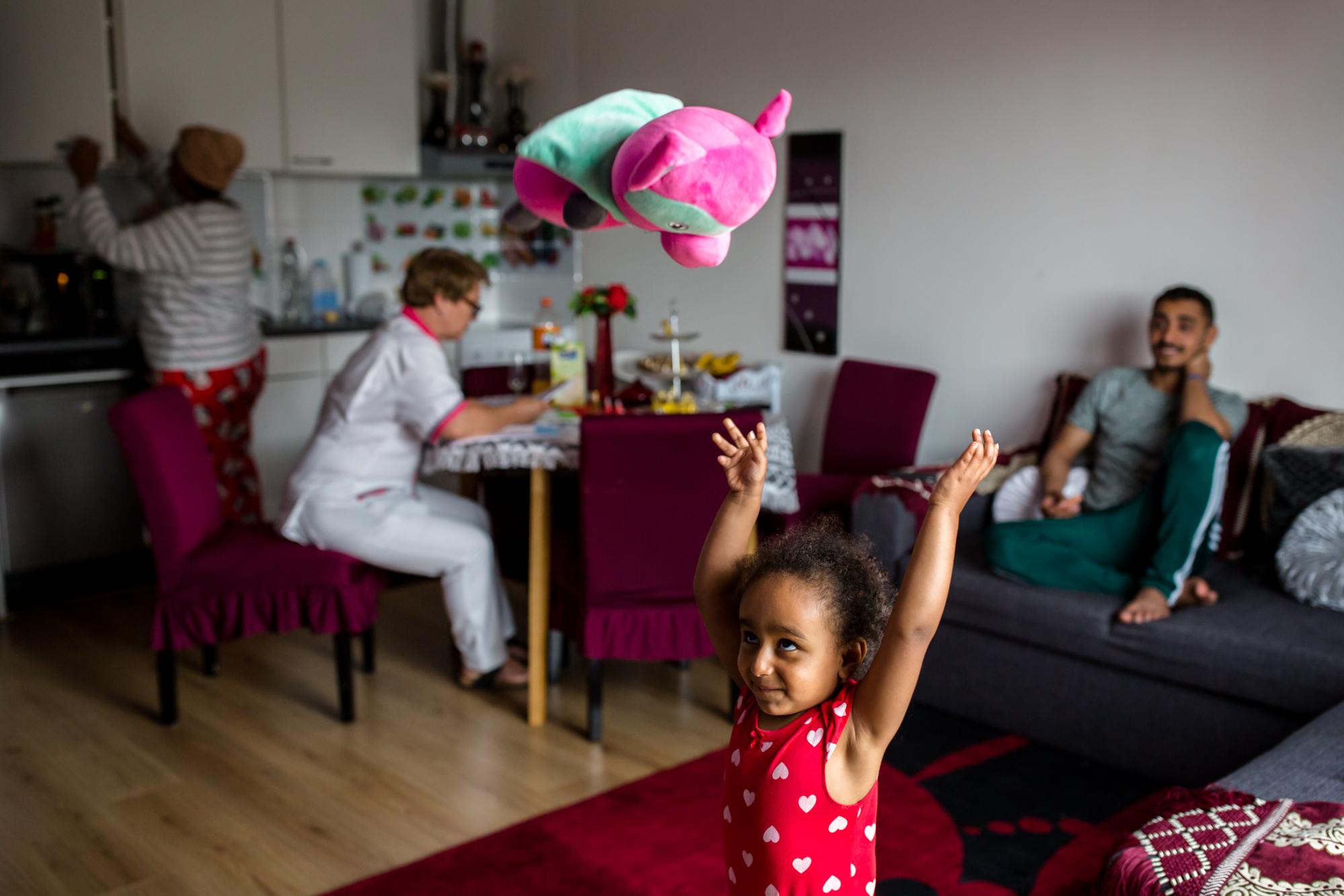Badriya uit Ethiopië en haar man Hayidar uit Jemen leerden elkaar online kennen en werden verliefd. Wegens aanhoudende conflicten in hun thuisland,besloten ze beiden om te vluchten naar Griekenland. Na de levensgevaarlijke reis kwamen ze terecht op Samos waar ze leefden onder erbarmelijkeomstandigheden. Via een lange omweg komen ze uiteindelijk in Athene terecht. Na vele pogingen slaagt Badriya (toen zes maanden zwanger) erinItaliëen van daaruit Nederland te bereiken, waar ze is bevallen van hun dochtertje Rital. Ikontmoette de familie vlak na de eerste verjaardag van Rital.Hayidar zat ondertussen nog steeds vast in Athene, zonder zijn geliefde gezin. Het was onzeker of en wanneer ze elkaar weer zouden zien. In juli 2019 wordt het gezin na ruim anderhalf jaar herenigd.Het is de eerste keer dat Hayidar zijn dochterontmoet. De familie is eindelijk samen en kan na al die tijd een nieuw leven opbouwen. In juni 2020 wordt dochter Ritaj geboren. Dit is een verhaal over hoop, liefde en doorzettingsvermogen. 4 juni 2020 Hiep hiep hoera.